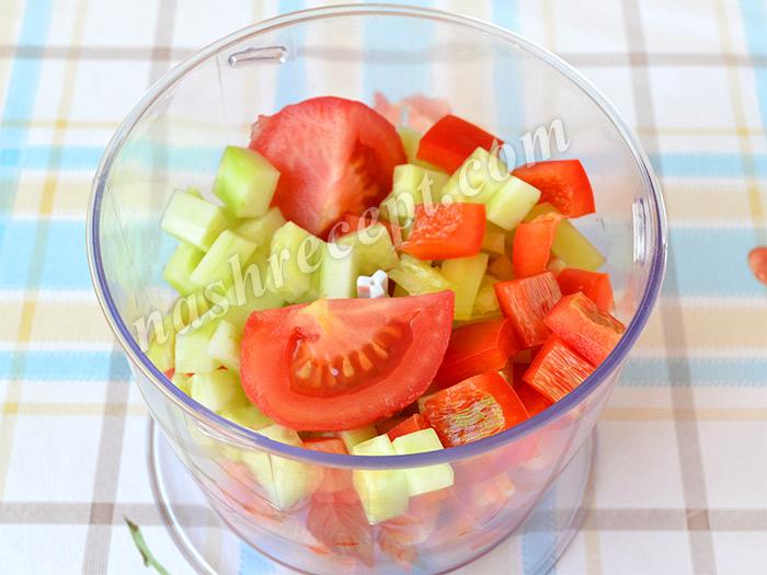 перекладываем овощи для гаспачо в блендер - perekladyvaem ovoschi dlya gaspacho v blender