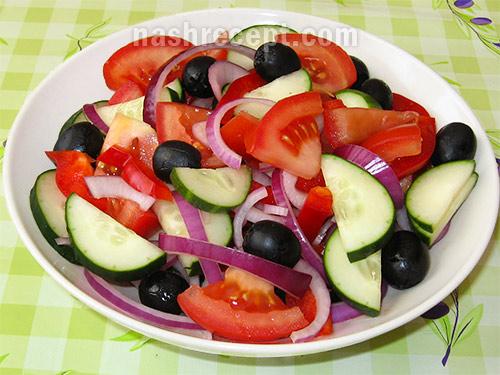 смешиваем овощи для греческого салата - smeshivaem ovoschi dlya grecheskogo salata