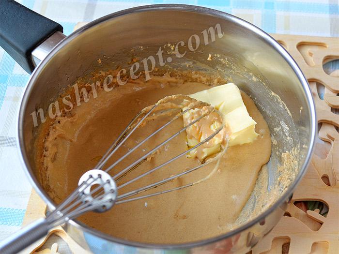 смешиваем кофейную глазурь и масло - smeshivaem kofeynuyu glazur i maslo