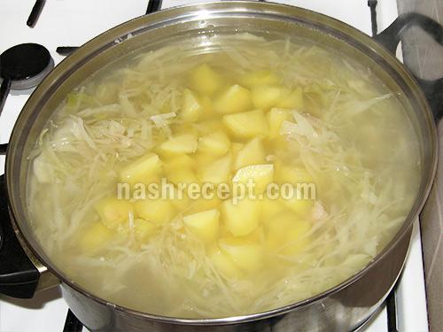 добавляем картофель в красный борщ - dobavlyaem kartofel