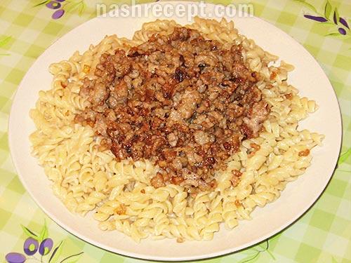 соединяем макароны и мясо - soedinyaem makarony i myaso