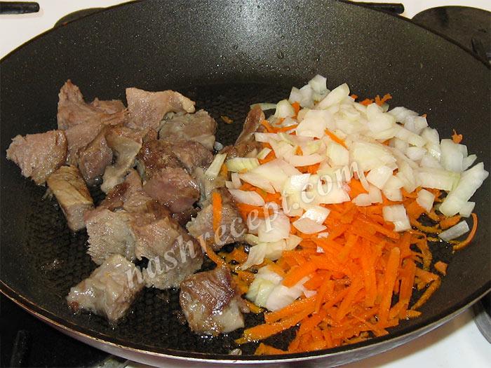 обжариваем мясо, лук и морковь для подливы - obzharivaem myaso, luk i morkov dlya podlivy