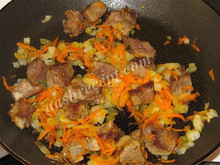 жареное мясо с луком и морковью - zharenoe myaso s lukom i morkovyu