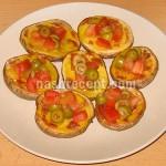 Печеный картофель с помидорами и оливками