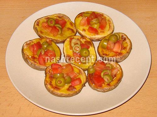 печеный картофель с помидорами и оливками готов - pechenyi kartofel s pomidorami i olivkami gotov