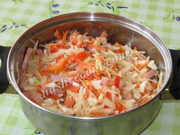 смешиваем ингредиенты салата из кольраби - smeshivaem ingredienty salata iz kolrabi