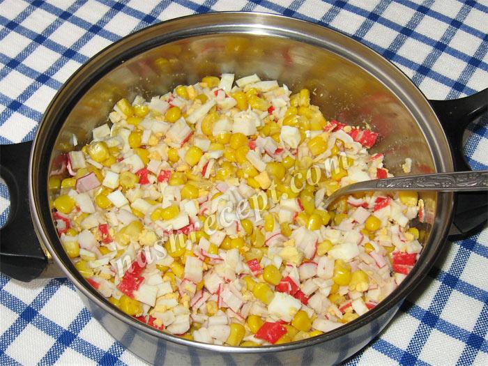 смешиваем ингредиенты салата с крабовыми палочками - smeshivaem ingredienty salata s krabovymi palochkami