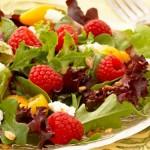 Салат с ветчиной и малиновым соусом