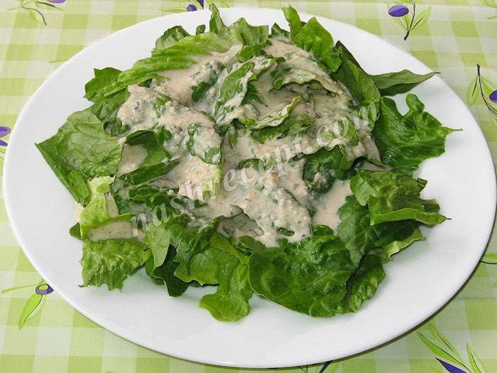 на листья салата выливаем соус - na listya salata vylivaem sous