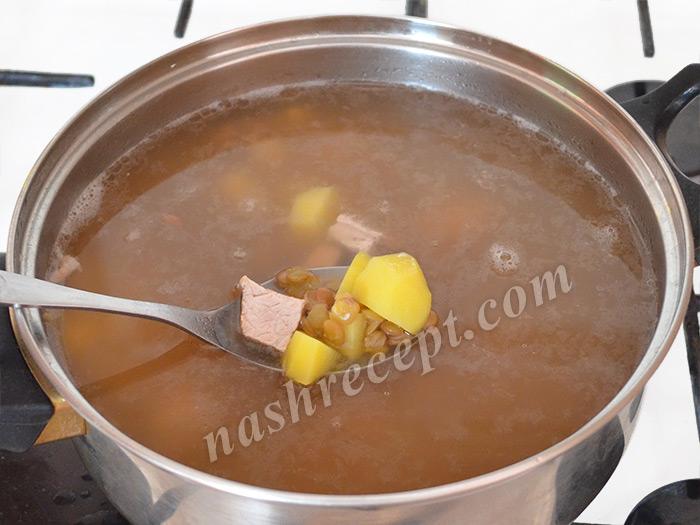 добавляем картофель в чечевичный суп - dobavlyaem kartofel v chechevichnyi sup