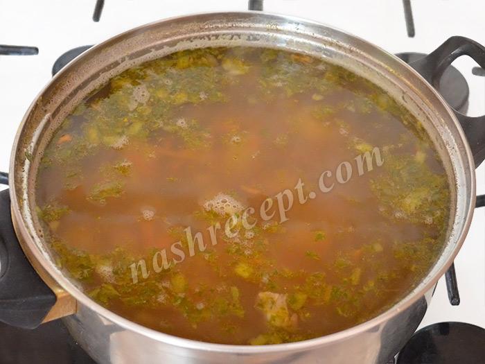 добавляем зажарку и зелень в суп из чечевицы - dobavlyaem zazharku i zelen v sup iz chechevitsy