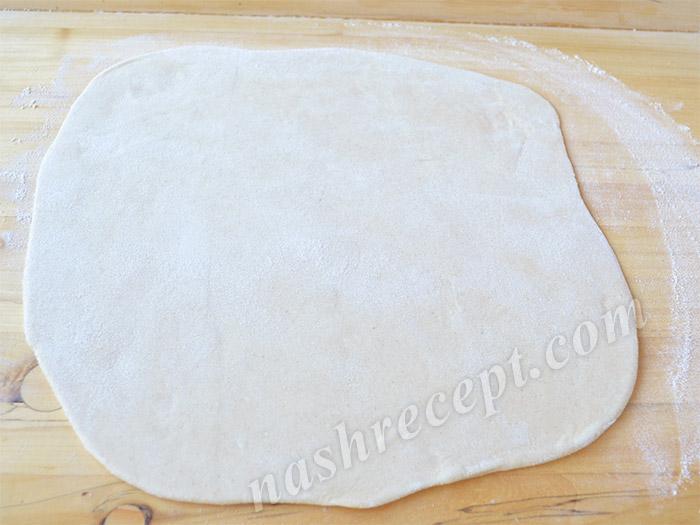 раскатываем тесто для вареников