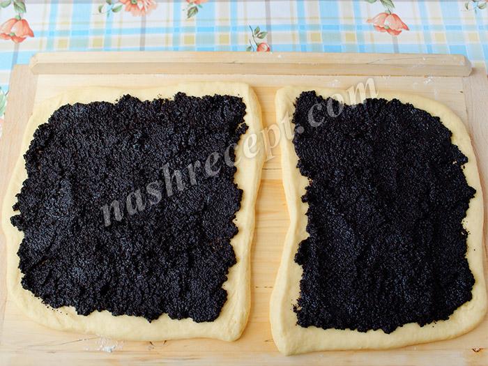 выкладываем маковую начинку на тесто - vykladyvaem makovuyu nachinku na testo