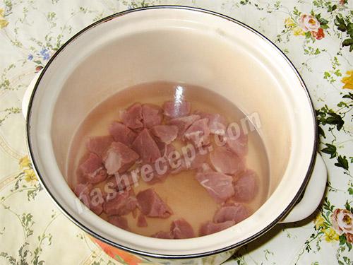 режем мясо для зеленого борща - rezhem myaso dlya zelenogo borscha