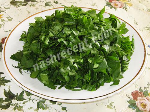 режем щавель для зеленого борща - rezhem schavel dlya zelenogo borscha