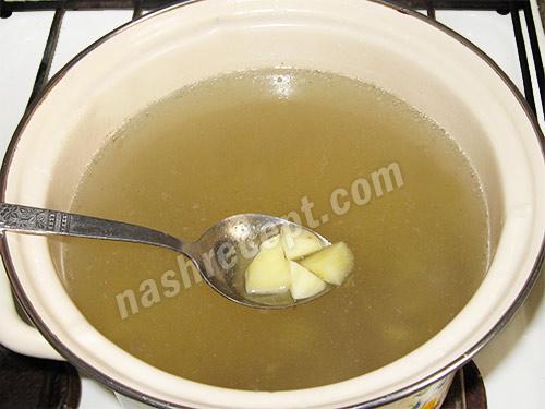 кладем картофель в зеленый борщ - kladem kartofel v zelenyi borsch