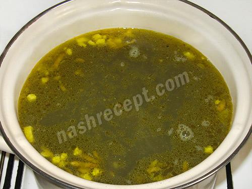добавляем яйца в зеленый борщ - dobavlyaem yaytsa v zelenyi borsch