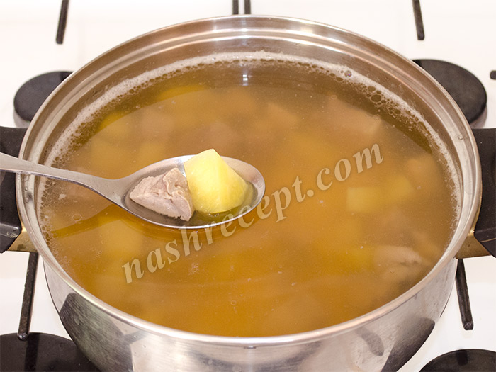 кладем картофель в гороховый суп - kladem kartofel v gorohovyi sup