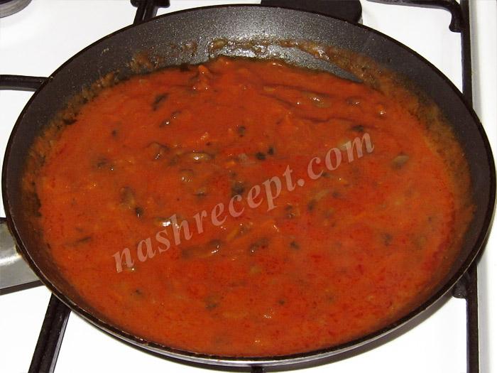 добавляем томатную пасту в грибную подливу - dobavlyaem tomatnuyu pastu v gribnuyu podlivu