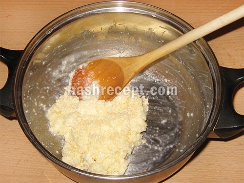 растираем маргарин и сметану с сахаром - rastiraem margarin i smetanu s saharom