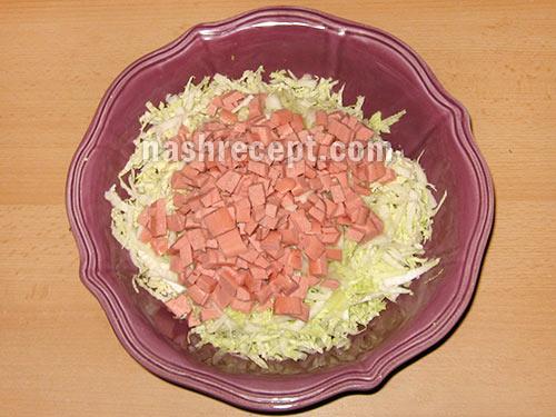 добавляем в салат колбасу - dobavliaem v salat kolbasu