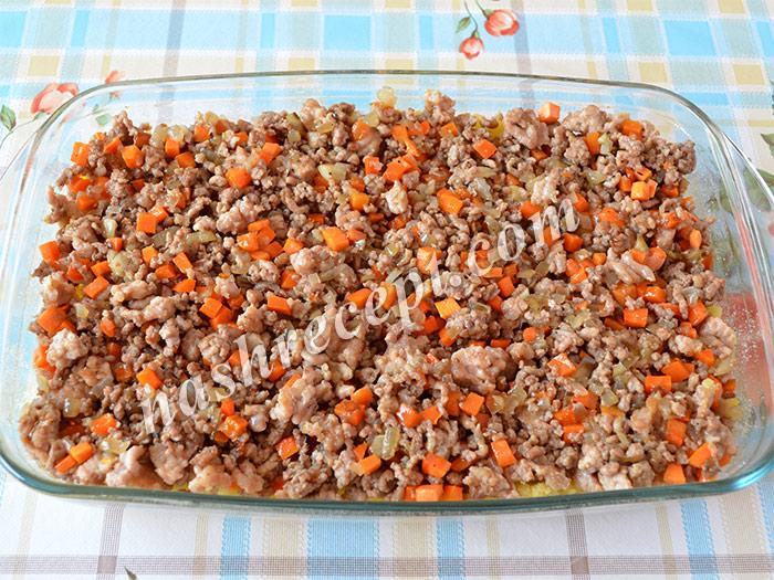 2 слой картофельной запеканки: мясной фарш - 2 sloy kartofelnoy zapekanky: myasnoy farsh