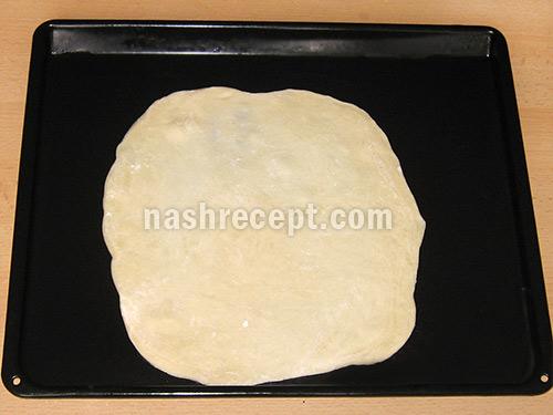 раскатываем тесто для рыбного пирога - raskatyvaem testo dlia rybnogo piroga