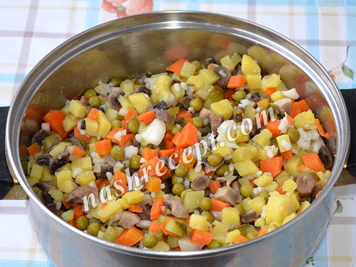 """перемешиваем компоненты постного салата """"Оливье"""" - peremeshivaem komponenty postnogo salata olivye"""