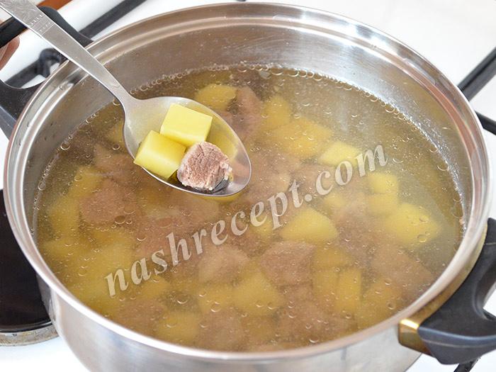 добавляем в бульон картофель - dobavlyaem v bulyon kartofel