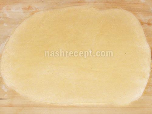 раскатываем тесто для вареников - raskatyvaem testo dlia varenikov