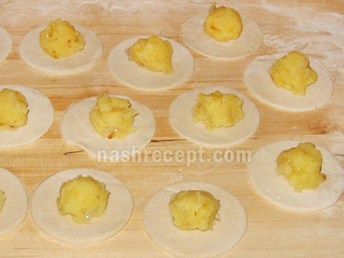 выкладываем картофельную начинку - vykladyvaem kartofelnuyu nachinku