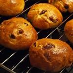 Сдобные булочки с сухофруктами
