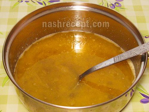 смешиваем маргарин, яйца и изюм - smeshivaem margarin, yaytsa i izium