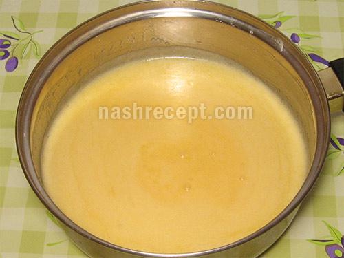 яйца смешиваем с маргарином - yaytsa smeshivaem s margarinom