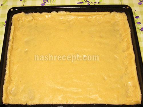 выкладываем тесто в форму для выпекания - vykladyvaem testo v formu dlia vypekaniya