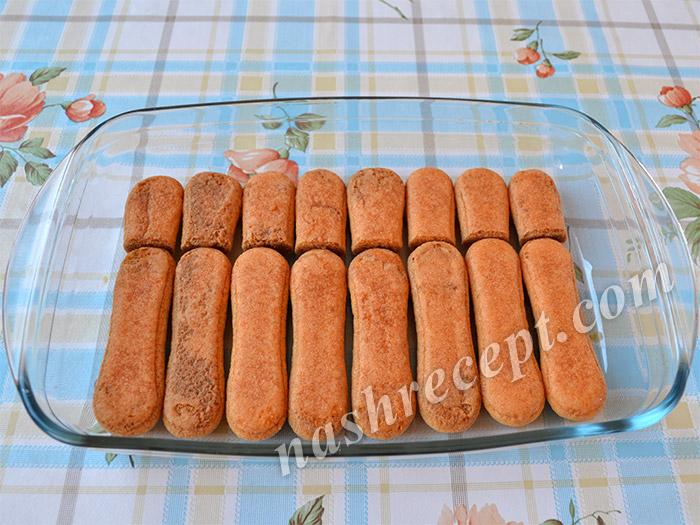 выкладываем печенье для тирамису в форму
