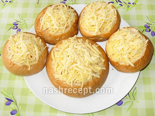 посыпаем булочки тертым сыром - posypaem bulochki tertym syrom