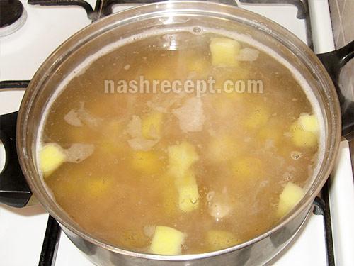 добавляем картофель в грибной суп - dobavlyaem kartofel v gribnoy sup