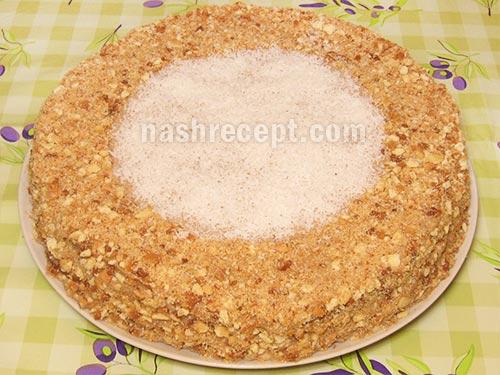 обсыпаем торт крошкой и кокосовой стружкой - obsypaem tort kroshkoy i kokosovoy struzhkoy