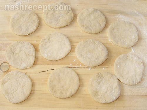 кружочки из теста для пирожков - kruzhochki iz testa dlya pirozhkov