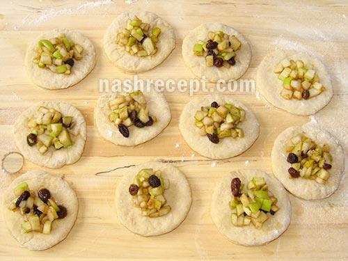выкладываем начинку для пирожков - vykladyvaem nachinku dlya pirozhkov