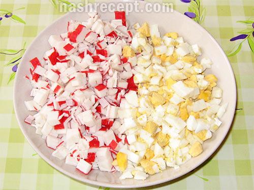 яйца и крабовые палочки для салата - yaytsa i krabovye palochki dlya salata