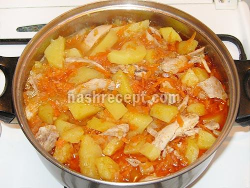 тушеная картошка с курицей с капустой в кастрюле