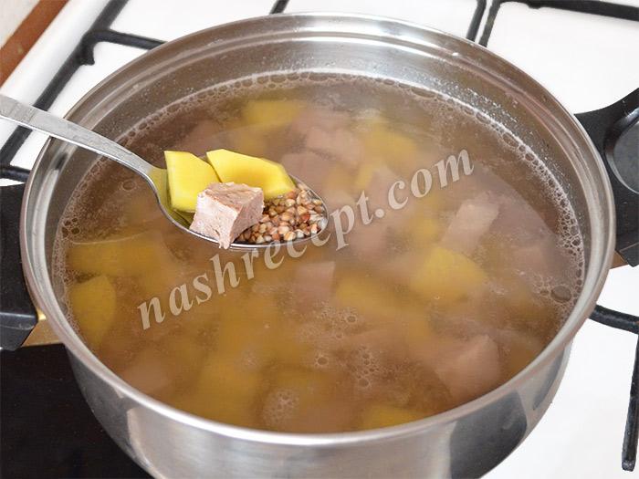 добавляем картофель и гречку в гречневый суп с мясом - dobavlyaem kartofel i grechku v grechnevyi sup s myasom