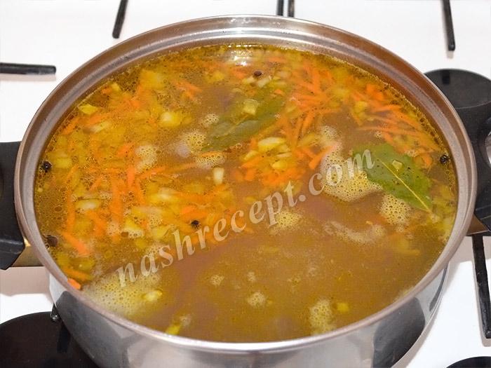 добавляем морковь и лук в гречневый суп с мясом - dobavlyaem morkov i luk v grechnevyi sup s myasom