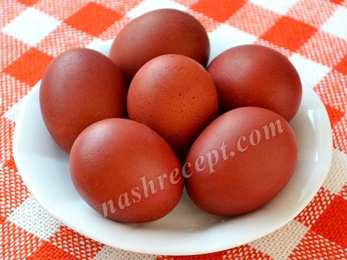 яйца красного цвета, окрашенные луковой шелухой - yaytsa krasnogo tsveta, okrashennye lukovoy sheluchoy