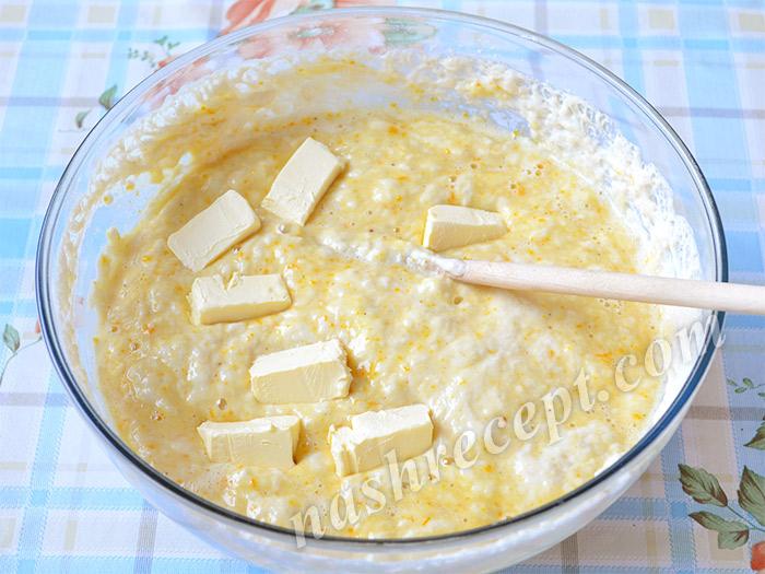 добавляем масло в тесто для куличей
