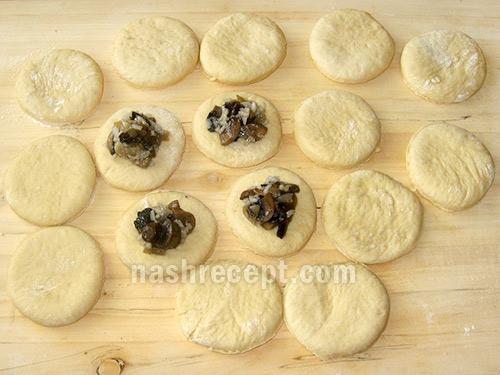 выкладываем начинку из риса с грибами - vykladyvaem nachinku iz risa s gribami