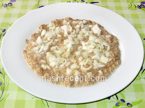 vykladyvaem rybu i luk dlya salata Mimoza - выкладываем рыбу и лук для салата Мимоза