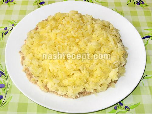 vykladyvaem kartofel dlya salata - выкладываем картофель для салата